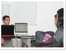 講師に対して、英語・日本語講習を定期的に実施